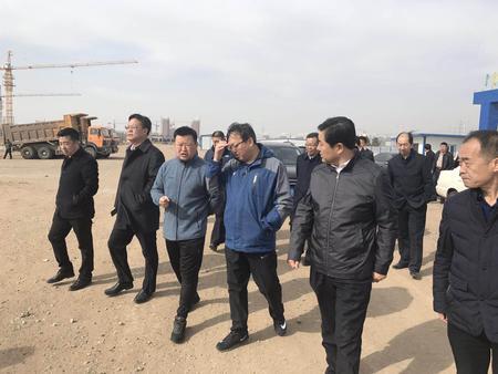 張總陪同韓書記等在華為二期現場檢查工作2.jpg
